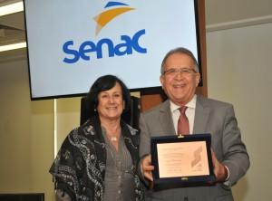 Sebastião Campos recebe placa comemorativa do Conselho Nacional do Senac